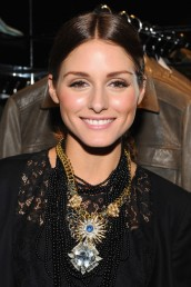 Olivia Palermo layers statement necklaces. The trick with layering statement pieces is finding two or three necklaces that mesh well together. The biggest mistake with mixing large necklaces is mismatching them through color, stone, metal type etc.